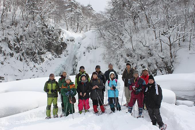 到着した法体の滝の前で記念撮影、滝本当に凍ってます!