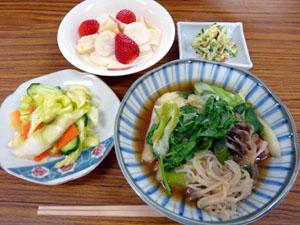 (左上から時計まわりに)デザート、陽気なサラダ、きりたんぽ鍋、漬けもの