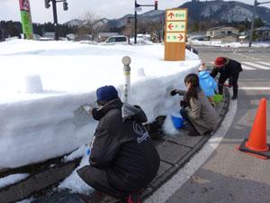 雪壁に穴を掘る中仙観光協会会長