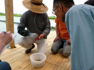やまもと百姓大学の笹村優樹さん(左)