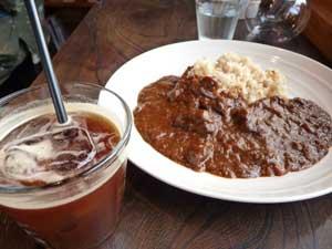 珈音のアイスコーヒーと、グルメストアフクシマの特製和牛カレー