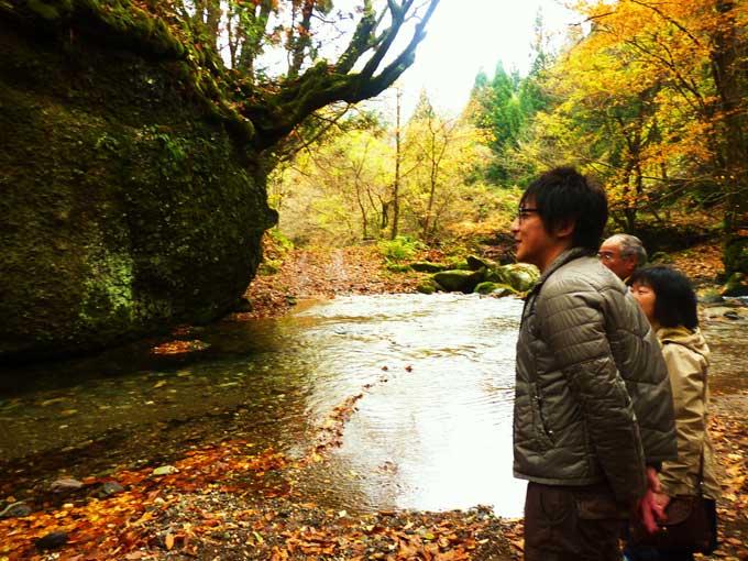 馬場目川上流のネコバリ岩を見学する参加者