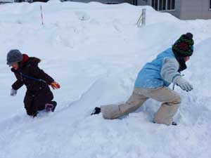雪で遊ぶ子どもたち
