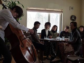 佐藤さんによるコントラバス演奏