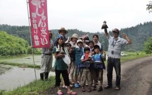 里山のじゅんさい沼で摘み取り体験