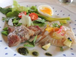 釜谷浜白キスのエスカベッシュ、かわい農場豚肩ロースセージバターグリル、八竜アスパラのボイル半熟たまごのせ